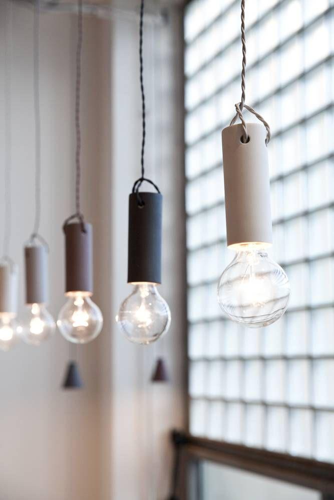 De Tied Hanglamp in de kleur ash, lichtgrijs van het Deense designmerk Menu en alle andere Scandinavische design lampen van Menu AS bij North Sea Design