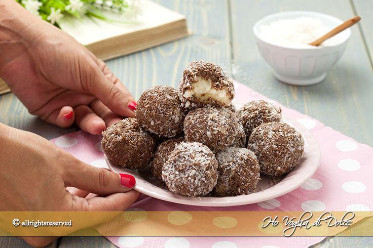 Tartufini cocco e Nutella ricetta senza cottura facile e veloce da fare in 5 minuti. Dei dolcetti golosi con un cuore di mascarpone, cocco e Nutella.
