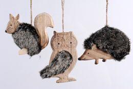 Bijzonder schattig, deze houten kersthangers in de vorm van dieren. Ze mogen komende Kerst dan ook absoluut niet ontbreken in je kerstboom. In combinatie met zwarte en witte kerstballen zijn ze bovendien helemaal in.  Houten kerstballen in de vorm van dieren. Edelman. € 2,39 per stuk. #kerst #eurotuin #gift #present #christmas14 #wishlist