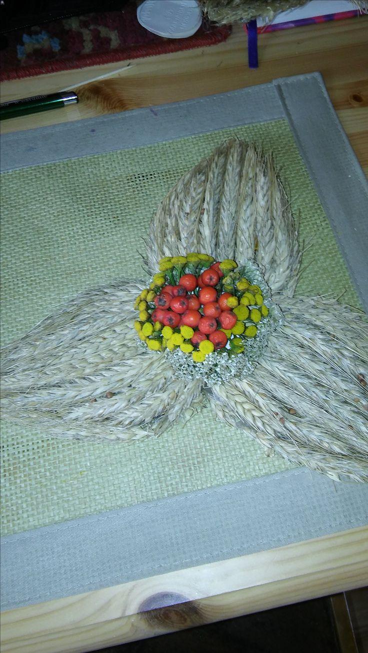 ozdoba wieńca dożynkowego ze zboża, kwiatów i jarzębiny- decoration wreath of grain, flowers and rowan