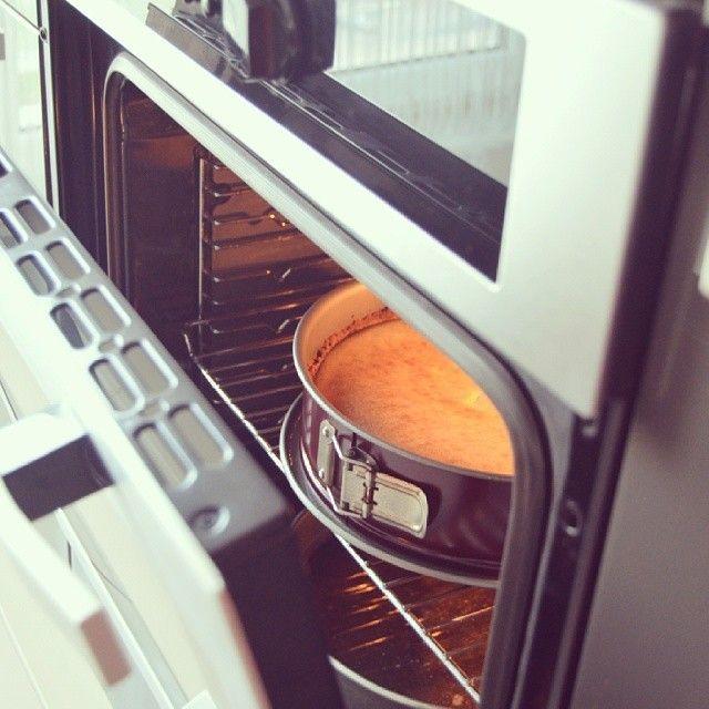 170 derecede ısınmış fırında Cheesecake'i pisiriniz. Süre olarak farklılık göstereceği icin net bir sey sòyleyemeyecegim. 30/40 dk. Ortası kısmı hafif sallaniyorken fırını kapatınız ve kapağını resimdeki kadar açık bırakarak soğumasını bekleyiniz. Tamamen soğumadan sosunu dökmeyiniz