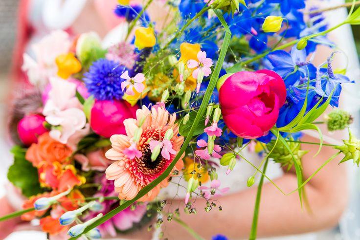 Kleurrijk bruidsboeket met veldbloemen  #Bruidsfotografie #trouwtrendy