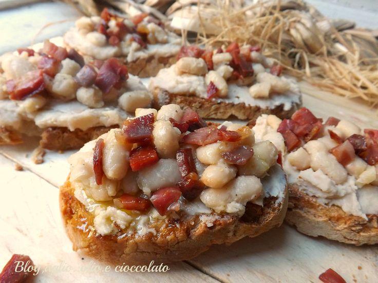 I Crostini Fagioli e Pancetta sono una ricetta tipica Toscana La delicatezza dei fagioli e il croccante della pancetta,sono un connubio fantastico