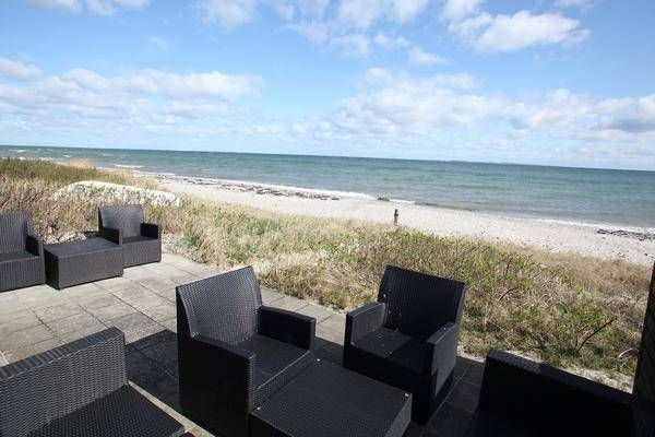 direkt am strand sitzen und den meerblick im ferienhaus d nemark immobilien mit meerblick. Black Bedroom Furniture Sets. Home Design Ideas