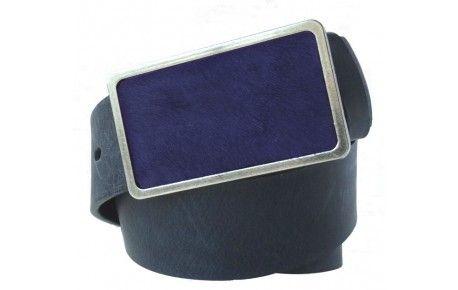 Blauer / dunkelblauer Ledergürtel mit lila Fell-Schnalle.Woran denken Sie, wenn Sie einen Gürtel kaufen? Bei uns müssen Sie an gar nichts denken, denn wir haben uns schon für Sie tolles Design, hochwertige Qualität und praktische Anwendung kombiniert. Dieser blaue Gürtel besteht aus echtem Leder mit einer Schnalle aus nickelfreiem Metall. Farblich auf den Gürtel abgestimmt, gibt der Felleinsatz dem Design das besondere Etwas.