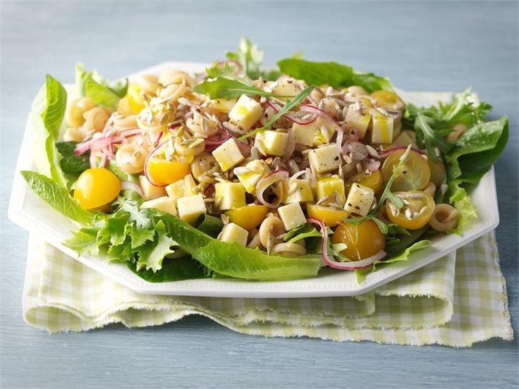Juustoinen pastasalaatti on mainio eväs piknikille tai lounaaksi.