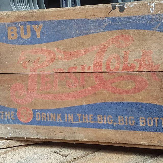 Old box #pepsicola #pepsi #cola #coca #drink #boisson #woodenbox Ancienne caisse bois #brocante #decoration #fleamarket #lislesurlasorgue #islesurlasorgue #ducotedudesign wwwducotedu-design.com