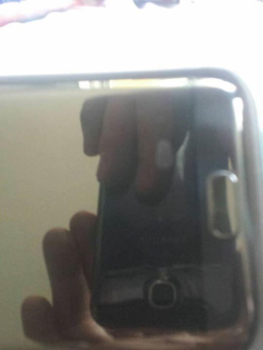 Guten Tag und Hallo, da ich leider über die Samsung Hotline, der HP und im Store leider niemanden telefonisch erreichen kann versuche ich es einfach mal hier direkt auf der Seite.  Ich besitze seit geraumer Zeit ein Samsung galaxy s7 Edge. Seit heute morgen habe ich leider feststellen müssen das sich auf dem Display fünf bis sechs helle Flecken befinden die sich auch nicht wegwischen lassen. Weder mit Wasser noch glasreiniger noch oelbach lsc-200 Reiniger. Anbei noch ein Foto  Lg