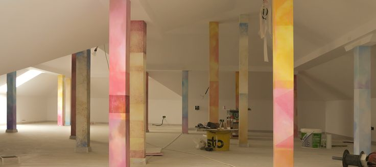 Stalpi  de sustinere pictati. Culori acrilice, zid.