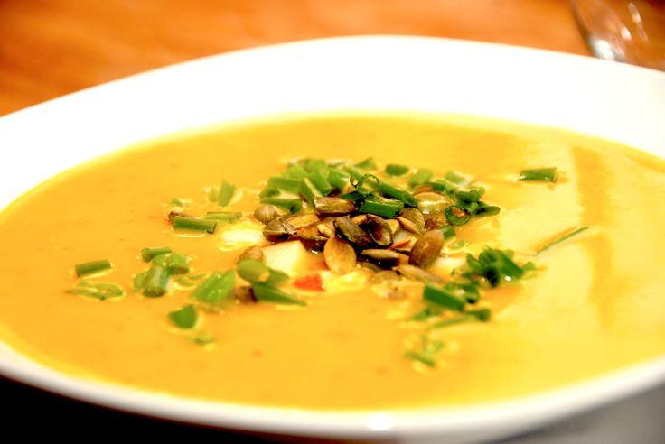 Cremet græskarsuppe skal laves på denne måde med masser af fylde og smag. Suppen toppes med æble, græskarkerner og purløg. Cremet græskarsuppe er en lækker efterårsret med de gode, danske græskar, som der blandt andet bliver