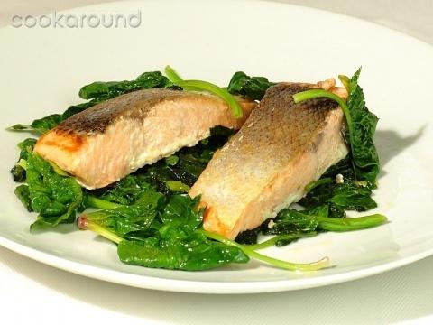 Salmone con spinaci freschi: Ricette di Cookaround | Cookaround