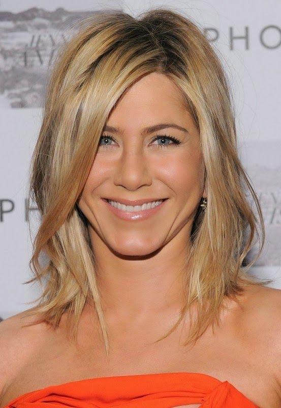 Medium hair style. Love her strawberry blonde..