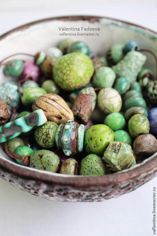 Купить остаток Зелёные бусины - зеленый, бирюзовый, голубой, коричневый, песочный, белый, синий