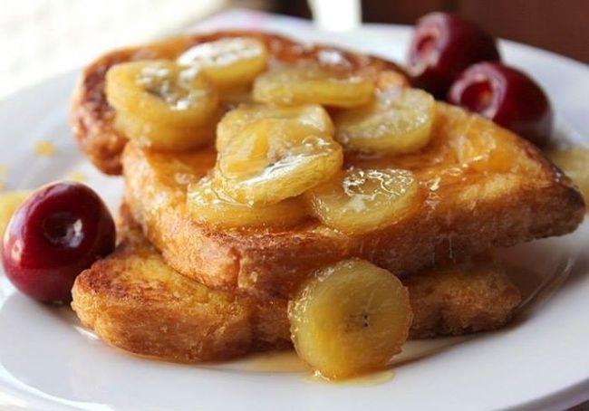 4 больших куска хлеба банан 1/2 ст. молока яйцо 1 ч. л. сахара 1/2 ч. л. корицы 1 ч. л. сахарной пудры 2–3 ст. л. сливочного масла Способ приготовления: Растираем в пюре очень спелый банан, добавляем яйцо, молоко и тщательно перемешиваем. Разогреваем сковороду, смазываем сливочным маслом. Каждый кусок хлеба обмакиваем в бананово-яичной смеси с двух сторон и выкладываем на сковороду. Обжариваем пару минут на среднем огне с двух сторон.