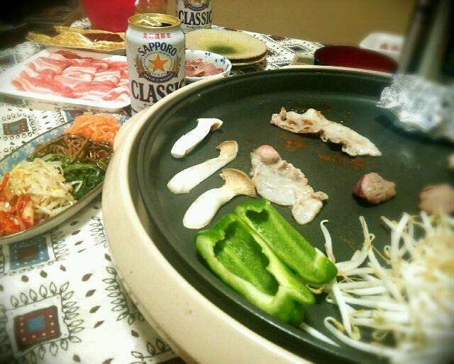 肉は…ハラミ、豚バラ、豚レバ、砂肝。なんかアンバランスなチョイス(笑) 他ににんにくのホイル焼きとナムル。  お供はサッポロクラシック。 - 59件のもぐもぐ - お家焼き肉~('-'*)♪ by tommysaku
