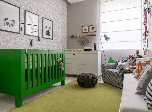Quarto de bebê tem pegada moderninha com cores neutras e objetos preto e branco