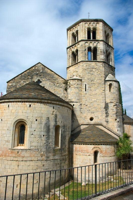 El Monasterio de Sant Pere de Galligants, es de estilo románico, construido entre los siglos XI y XII. http://www.viajarabarcelona.org/ciudades-cercanas/girona/ #Girona #turismo #Catalunya