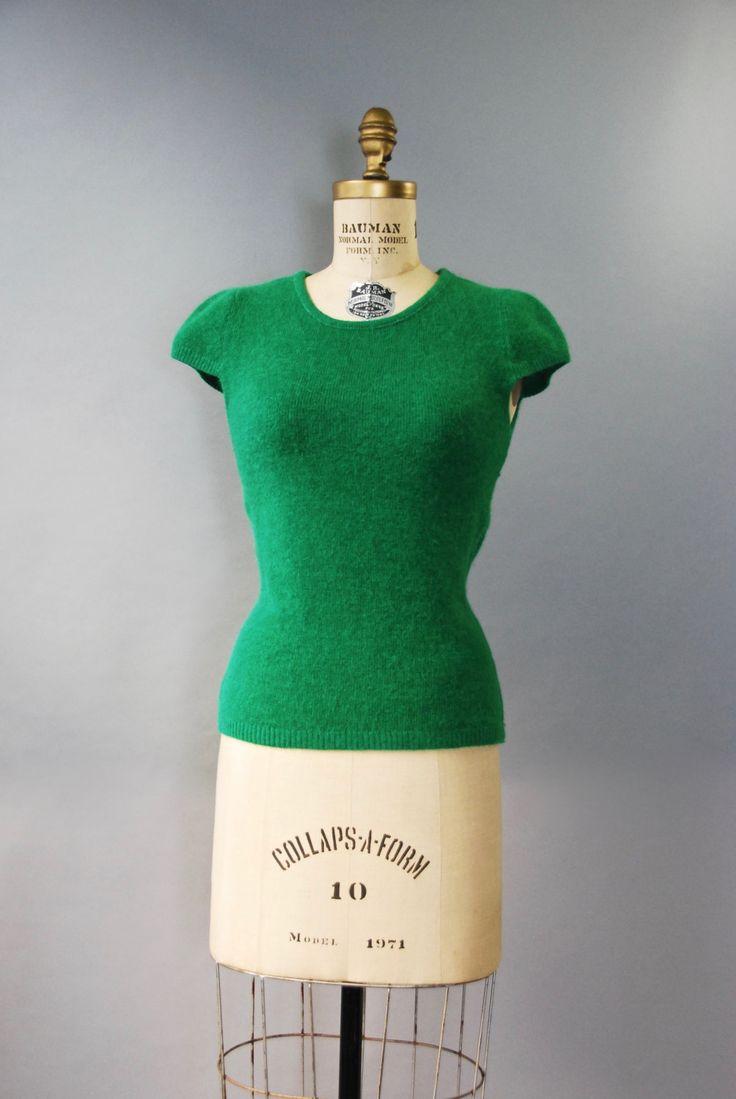 Schattig jaren 1970 kelly groene trui in een combinatie van katoen en polyester (zeer zacht en getextureerde) met geribde taille, scoop nek, schattige kleine cap mouwen en trek op stijl sluiting. Bekleed. Een kast nietje!  voorwaarde: uitstekend, vers schoongemaakte en klaar om te dragen Label: geen, gewoon een stof tag materiaal: 65% katoen, 35% polyester  ---✄---Metingen---✄--- heeft sommige stretch Bust: 32-35 in Taille: maximaal 34 in schouder: 15 in lengte: 21 in passen: kleine…