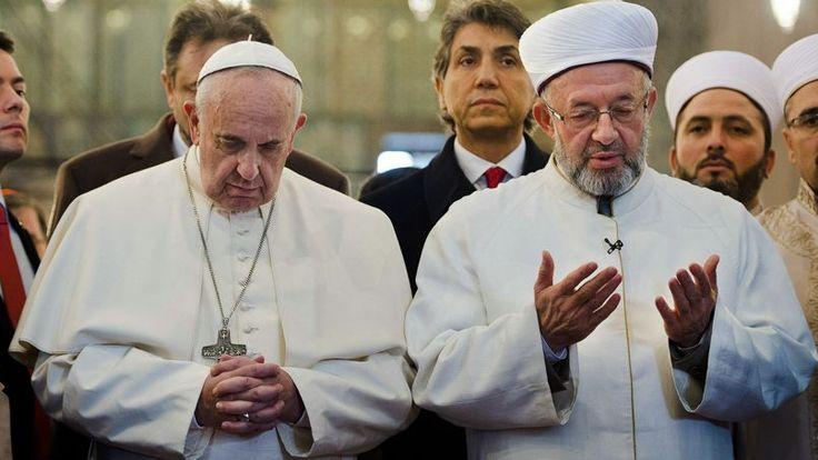 29 novembre 2014. Au second jour de sa visite en Turquie, le pape François va plus loin que son prédécesseur Benoît XVI en priant ouvertement dans la Mosquée bleue aux côtés du grand mufti d'Istanbul.