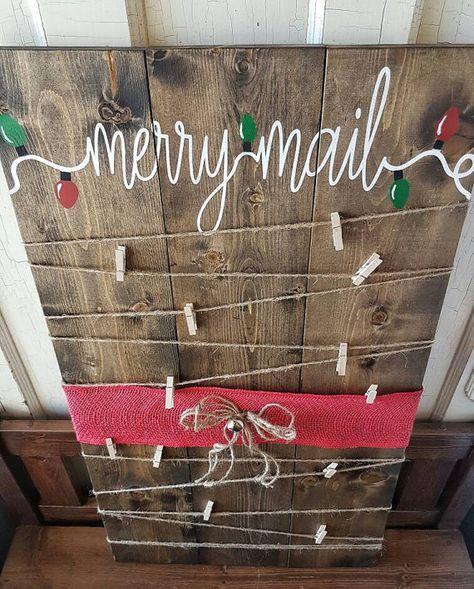 Mail joyeux peint titulaire de la carte de Noël ! Titulaire de la carte de Noël rustique pour compléter votre décor des fêtes ! Paillettes rouge ruban de toile de jute utilisé ou rouge selon fournitures à portée de main. Mesure 17 x 30 »