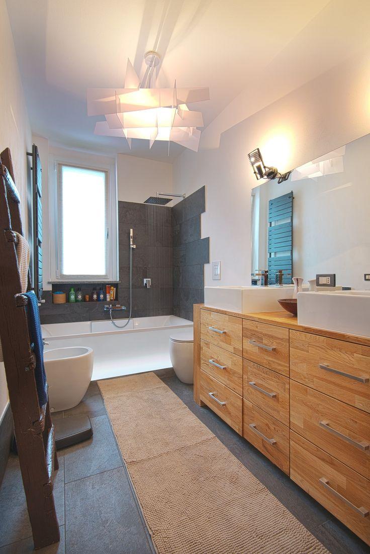 17 migliori idee su bagni con doccia su pinterest bagni - Vasca sotto finestra ...