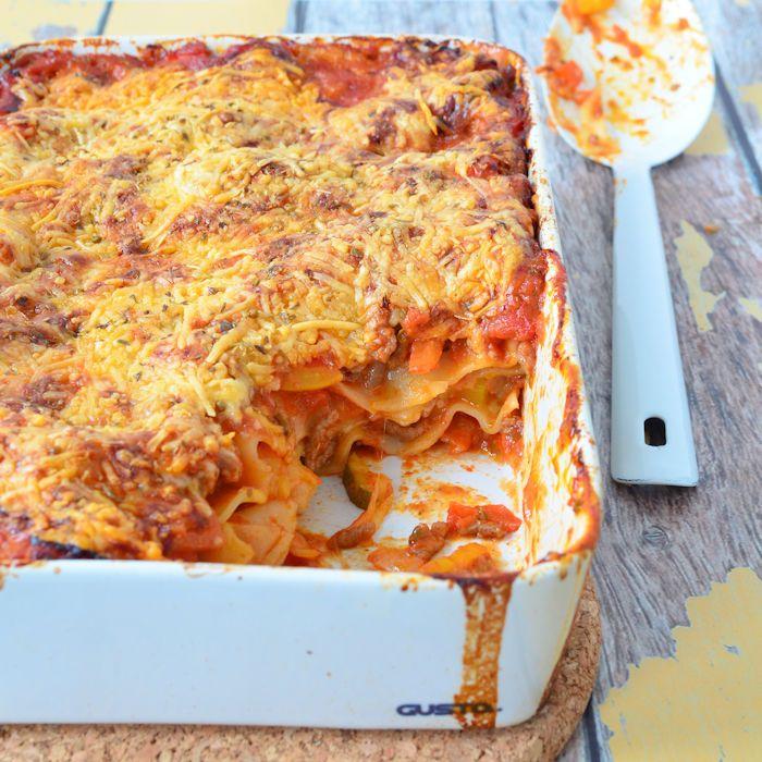Ik ben dol op lasagne en eet dit het liefst elke week! Dit recept voor lasagne is een goede basis waar je prima mee kunt variëren.