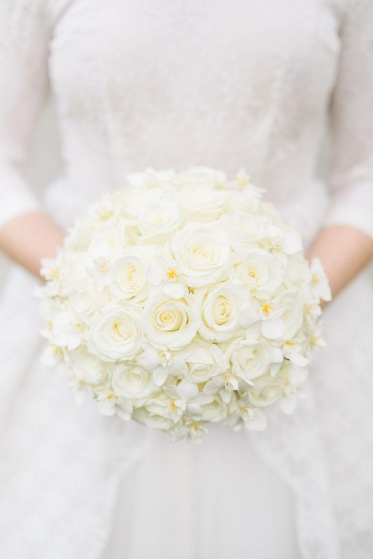 Vita rosor tillsammans med tazetter