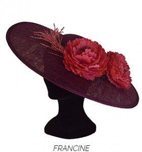 Peonías rosas sobre plato color buganvilla ribeteado con detalles del color de las flores