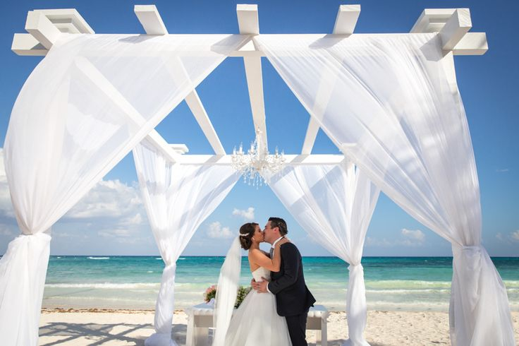 Tu mejor historia comienza con un SI en Cancùn!   Gazebo, chandelier, wedding destination, ceremony by love memories #destinationwedding