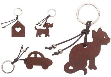 Unsere Leder Schlüsselanhänger erscheinen in verschiedenen Motiven. Die Anhänger sind als Auto, Haus, Hund oder Katze verfügbar.  Designerin Jette Scheib hat bei den Lederanhängern auf Emotionen gesetzt. Alle Schlüsselanhänger bestehen aus echtem Wasserbüffel Leder. Die Konsistenz ist somit ideal weich, behält die Form und macht Ihr Schlüsselbund angenehm handlich. Ob Hund, Katze, Auto oder Haus, die Leder Schlüsselanhänger geben Ihren Schlüsseln die dringend nötige Handlichkeit.