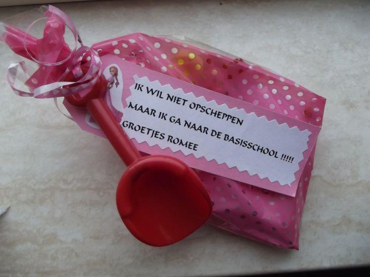 """afscheidstraktatie van de psz. dit is de meisjes variant .Roze zakje met een prinsessenkoekje,prinsessenvingerpop en een prinsessenstafje en aan het zakje een kaartje en een schepje met hierop de tekst """"ik wil niet opscheppen maar ik ga naar de basisschool"""""""