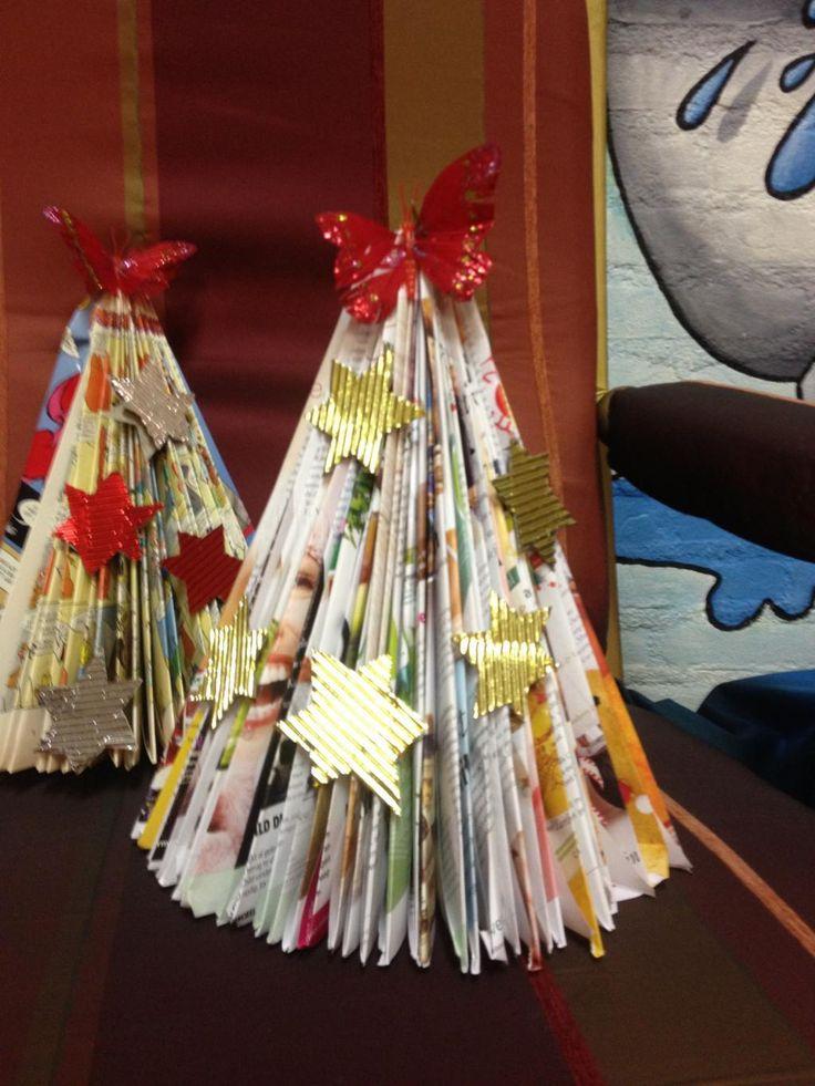Creatieve kerstboom van oude tijdschriften.