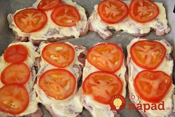 Obed z jedného plechu: Pečené bravčové plátky so syrom, smotanou a paradajkami