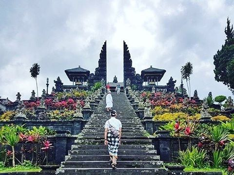 Heres another unbelievable #awesomeplaceinbali. This mind-blowing shots taken by #baliislandphotog @amrand29  taken at Mother's Temple Besakih   ------------------------------------ #bali #baliisland #explorebali #jelajahbali #awesomeplace #awesomeplaces