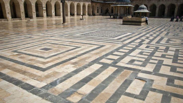 La Grande Mosquée d'Alep. Connue pour être la plus grande et la plus ancienne mosquée de cette ville du nord de la Syrie, l'édifice date du XIIIe siècle. Située dans la vieille-ville, la mosquée est aujourd'hui en grande partie détruite à la suite de la bataille d'Alep (2012) et de plusieurs bombardements du régime. [CC / Stijn Nieuwendijk]