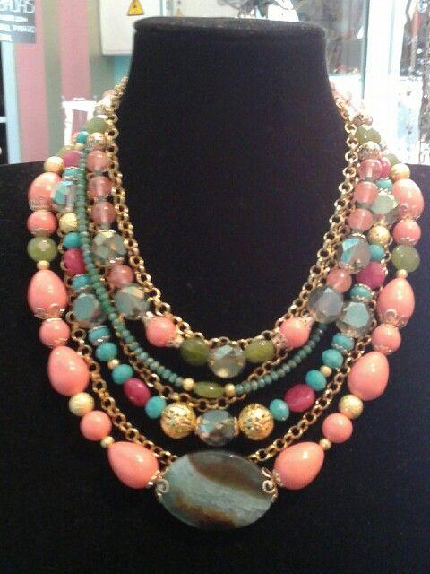 Gargantilla diseñada por Katia, para Del Malva Al Amarillo. Los colores de este verano.
