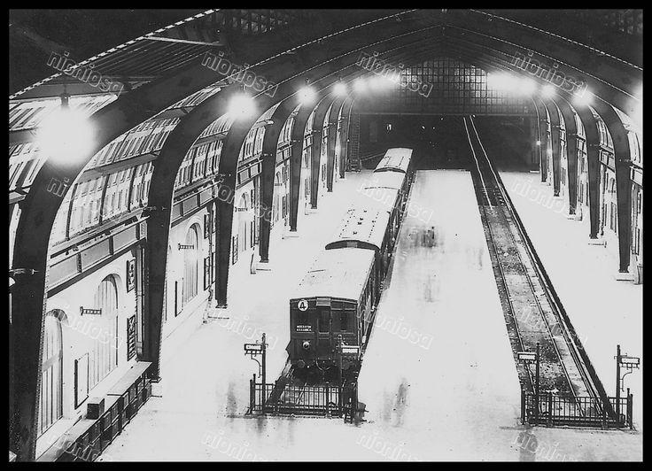 Άποψη της μεγάλης σάλας των τραίνων, λίγο μετά τα εγκαίνια του μεγαλοπρεπούς νέου κτηρίου του σταθμού ΕΗΣ Πειραιά στα 1928. (Αρχείο ΗΣΑΠ)