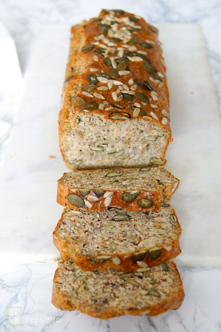 Glutenfreies Körnerbrot / Brot Rezept mit Brotgewürz, gemahlene Mandeln, Chiasamen, Kürbiskerne, Sonnenblumenkerne, Sesamsamen und Quark, einfach, gesund, schnell, lecker. Low carb. Ohne Hefe
