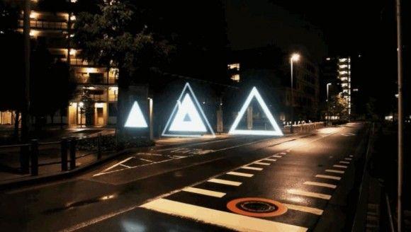 夜の闇に突如現れたのは、光の洪水。幾何学模様、そして、まるでホタルのように飛び交う無数の粒の煌めきが、いつしか東京という街そのものを支配する。  本日ご紹介する …