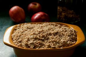 Ο πάγκος της κουζίνας γέμισε μήλα, διότι τα καινούργια προστέθηκαν σε εκείνα πο%