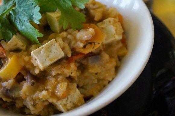 Tässä kasvis-tofurisotossa on häivähdys intialaista ruokakulttuuria: hyviä mausteita, paljon kasviksia ja riisiä. FODMAP-ruokavaliota noudattavan kann...
