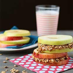 KLASSE - Schijfjes appel met musli ertussen - Appel Sandwich Pimp je appel. Snij 'm in dunne laagjes en snij het midden uit. Start met een laagje appel, daarna een laagje amandelboter. Daarbovenop strooi je muesli. Herhaal.