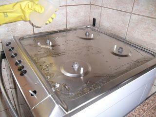 Muito sujo e cheio de manchas.  Se o seu fogão for de aço inox, utilize Soda Cáustica para auxiliar na limpeza e retirar as manchas.   Com o auxilio do lã de aço e detergente esfregue para