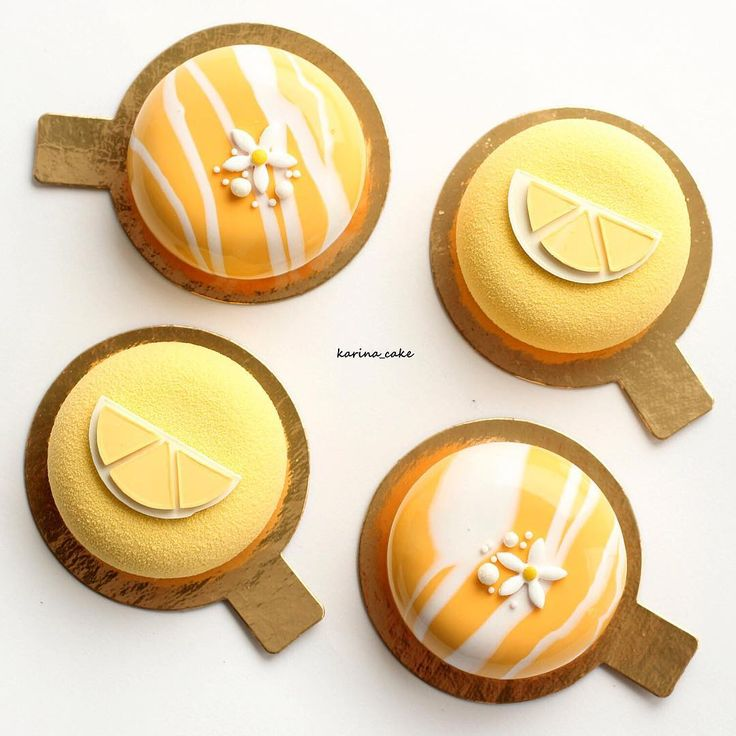 """Привет-привет всем !👋 Наконец появилась минутка, покажу вам пироженки, которые сегодня вы можете отведать в кофейне """"Утро""""!! Мне кажется, в такую погоду есть отличный повод порадовать себя ароматной чашечкой кофе и скушать вкусный десерт👌🏼🌧☕️🍰🍬🍭 Внутри- лимонный мусс с ванилью, крем манго-маракуйя, бисквит с карамелизированными бананами; а так же - фисташковый мусс, начинка абрикос-курага, бисквит с фисташкой ! Очень летние, очень вкусные! ☺️❤️"""
