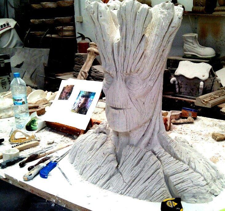 Talla de Groot, de Guardianes de la Galaxia, a tamaño natural.
