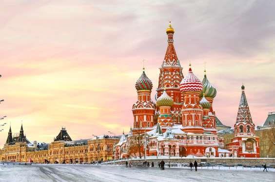 """Moscou é uma das cidades que mais vai receber turistas para a Copa do Mundo e parte disso se explica por ela ser a capital do país – provavelmente os jogos mais importantes vão acontecer por lá. Assim como São Petersburgo, a cidade é uma verdadeira galeria a céu aberto: são tantas construções e paisagens que fica difícil não se encantar. Dentre os pontos turísticos obrigatórios está o Kremlin, que significa """"fortaleza"""" em Russo e que abriga o governo do país. Já para quem gosta de arte, o…"""
