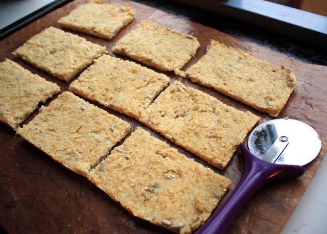 Glutenfritt quinoabrød med solsikkefrø: 4 dl quinoaflak 1 neve solsikkefrø 1 ts salt 1 ts bakepulver 1 ts fiberhusk (fås kjøpt på helsekost) 4 dl lunkent vann   1. Sett først ovnen på 200 grader. 2. Bland det tørre. Rør inn vannet og la det stå og svelle 5 min. 3. Fordel røra jevnt utover en form eller stekeplate med bakepapir. Det dekker ca 1/2 vanlig bakeplate.  4. Stek i 10-12 min. Ta brødet ut av ovnen og la det avkjøles litt før du drar av bakepapiret. 5. Del i biter med en pizzakutter…