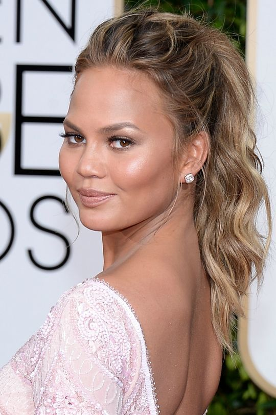 Chrissy Teigen's beachy hair and makeup at the 2015 Golden Globes