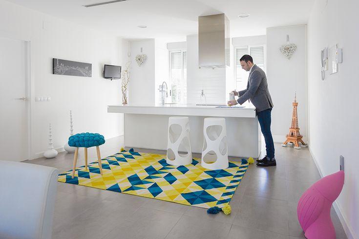 Cocina blanca moderna con isla central en casa minimalista. Chiralt Arquitectos Valencia. #cocina #isla #moderna #blanca