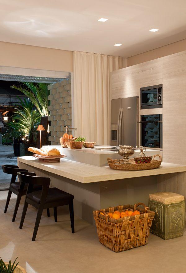 cucina con penisola  e tavolo www.legnopiuingegno.it